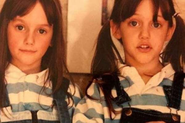 خمنوا من هي هذه الطفلة ممثلة شهيرة برفقة شقيقتها